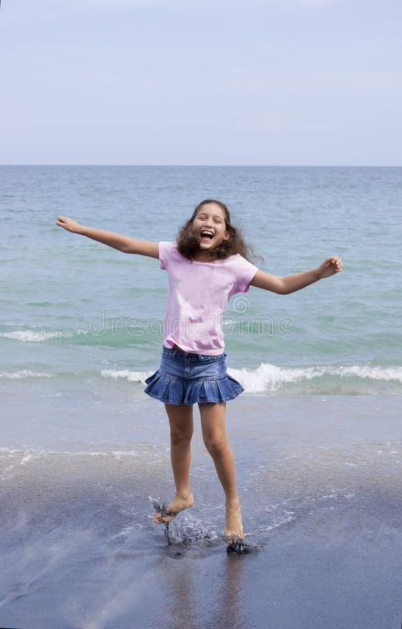 Jeune fille sautant à une plage au Panama photos stock