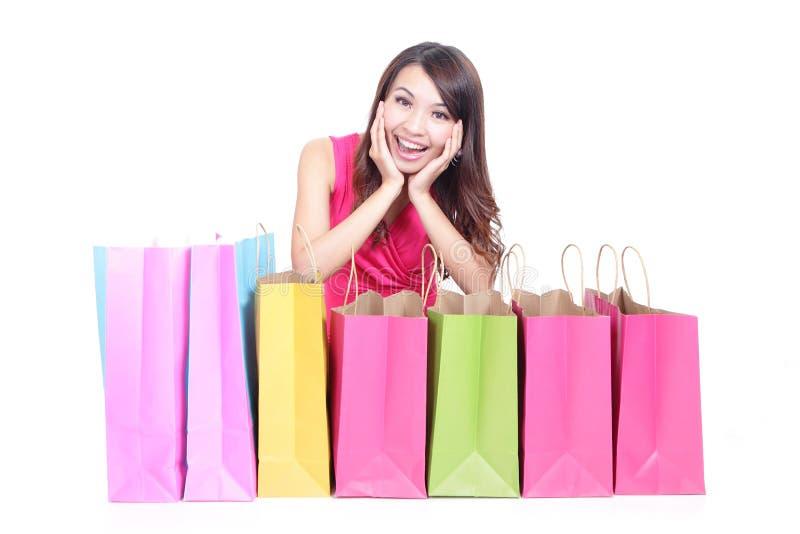 Jeune fille se trouvant avec des sacs à provisions photos libres de droits