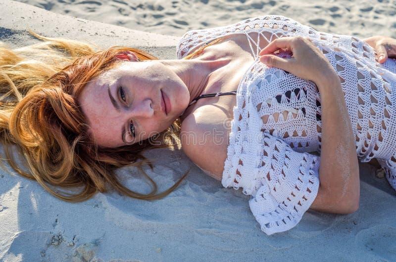 Jeune fille sexy avec du charme avec de longs cheveux et maquillage dans le maillot de bain de bikini, dans une pose érotique se  photographie stock libre de droits