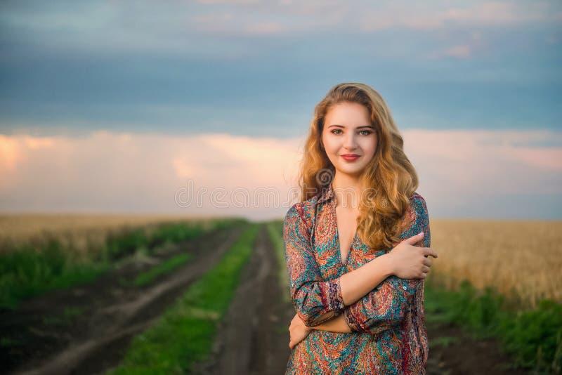 Jeune fille slave se tenant dans le domaine photographie stock libre de droits