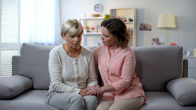 Jeune fille soulageant la vieille mère, le problème de relations de famille, l'appui et le soin photos stock