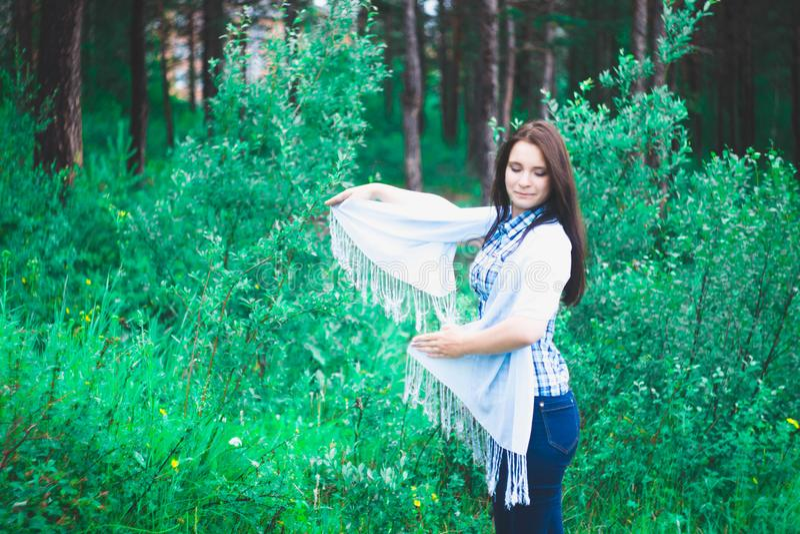 Jeune fille souriant à l'arrière-plan de la forêt photo libre de droits
