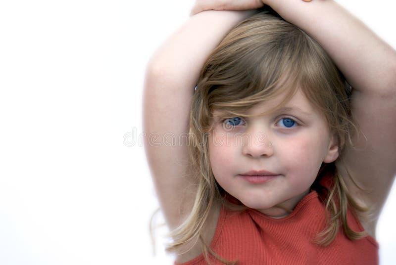 Jeune fille souriant sur le fond blanc image stock
