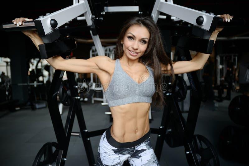 Jeune fille sportive sexy établissant dans le gymnase image stock