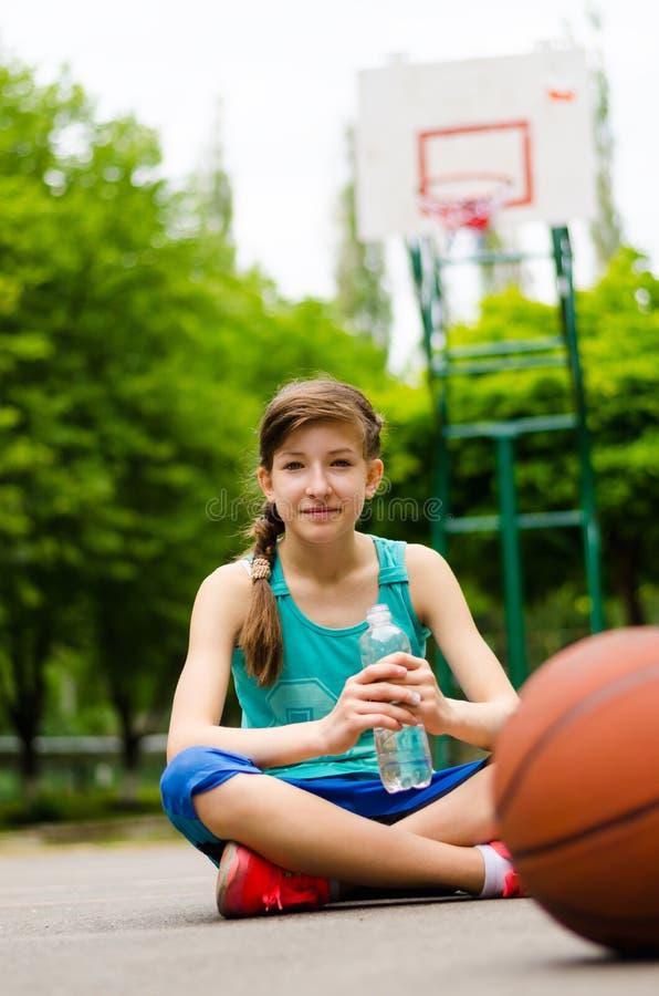 Jeune fille sportive sur un terrain de basket photographie stock libre de droits