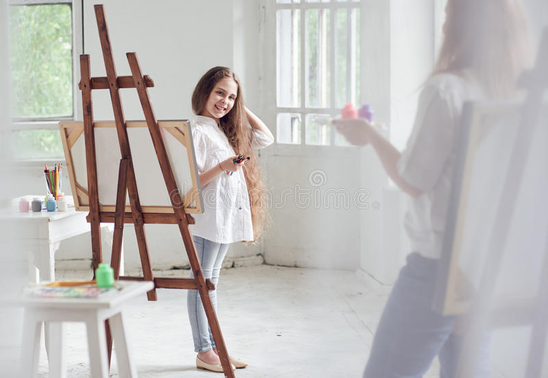 Jeune fille sur Art Lesson photo libre de droits