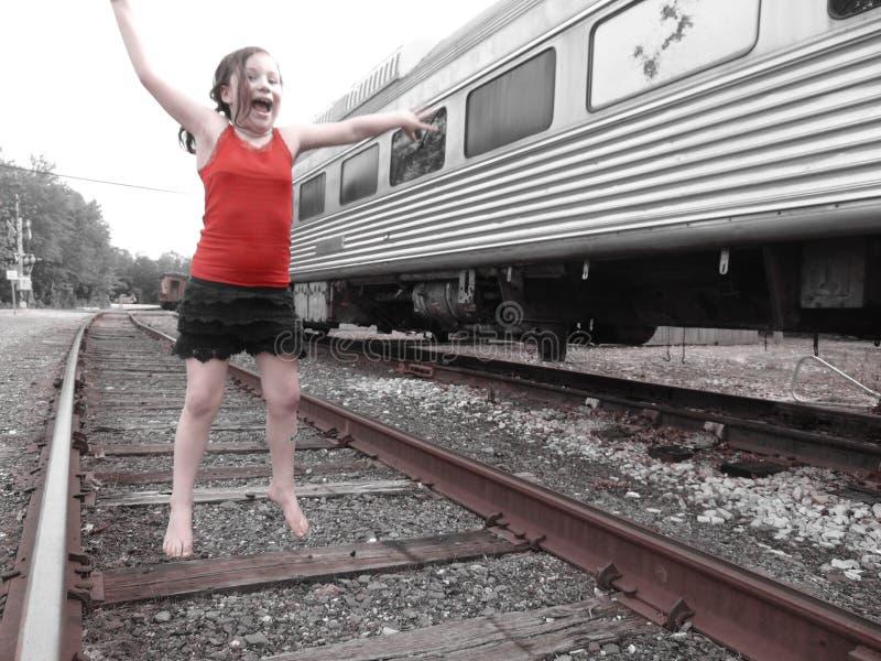 Jeune fille sur des voies de train photographie stock
