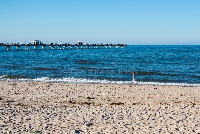 Jeune fille sur la plage de vue d'océan en Norfolk, la Virginie image stock