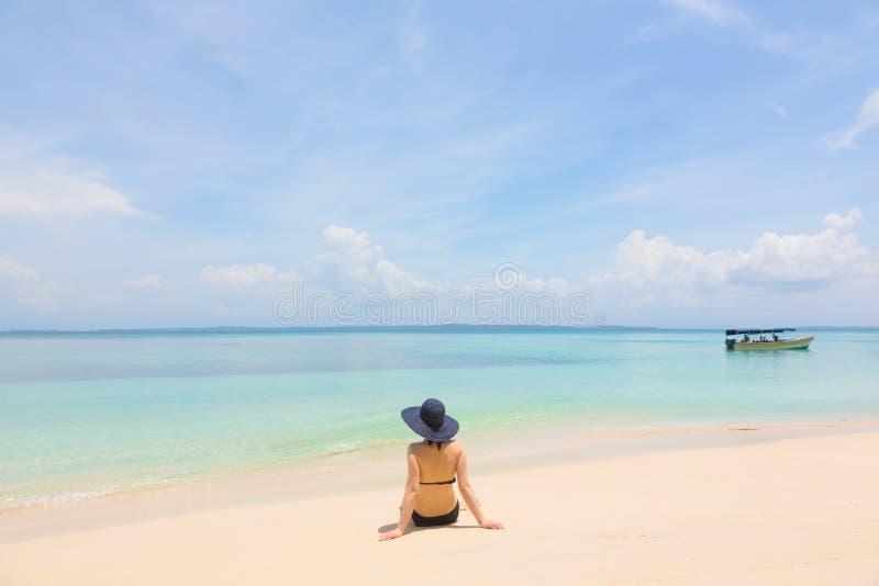 Jeune fille sur la plage du Panama photos libres de droits