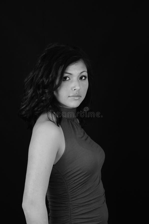 Jeune fille sur le backround noir image stock
