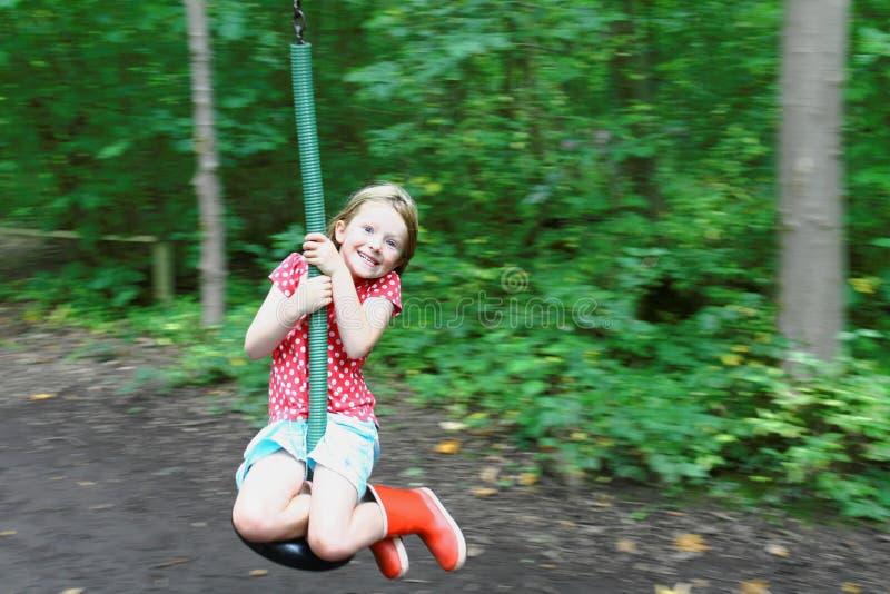Jeune fille sur le fil de fermeture éclair photo stock