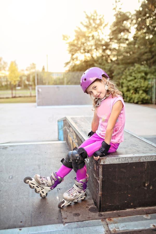Jeune fille sur le patin de rouleau images stock