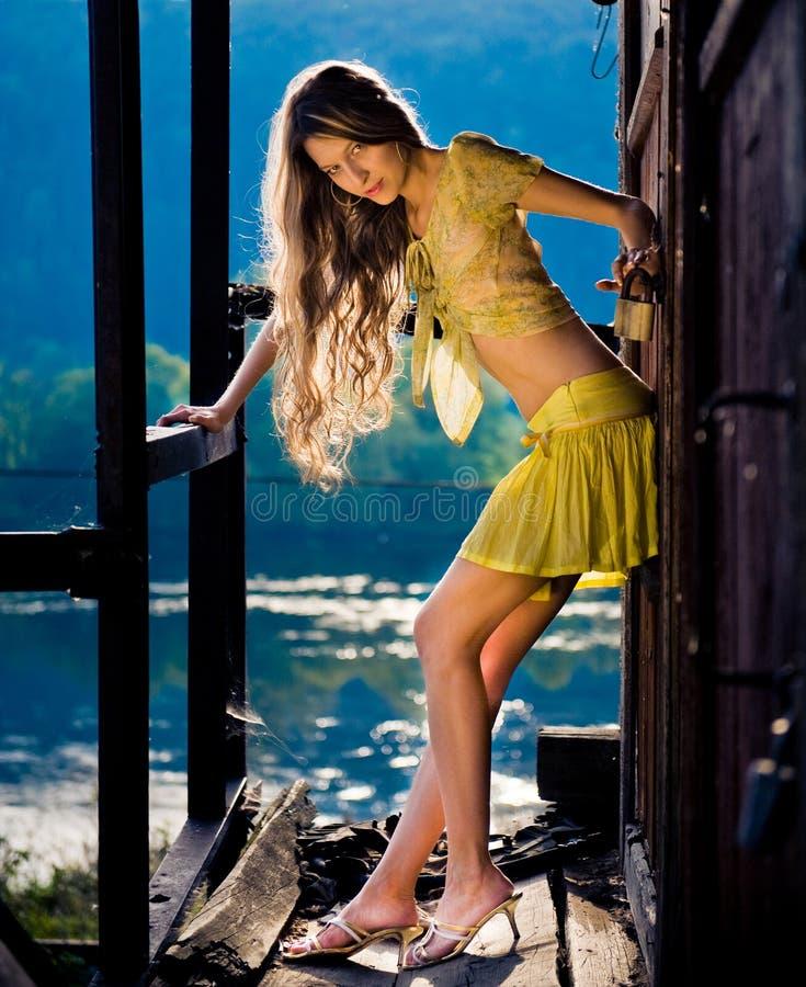 Jeune fille sur le ranch de cru photos libres de droits