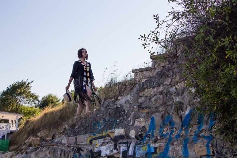 Jeune fille sur les escaliers en pierre image stock