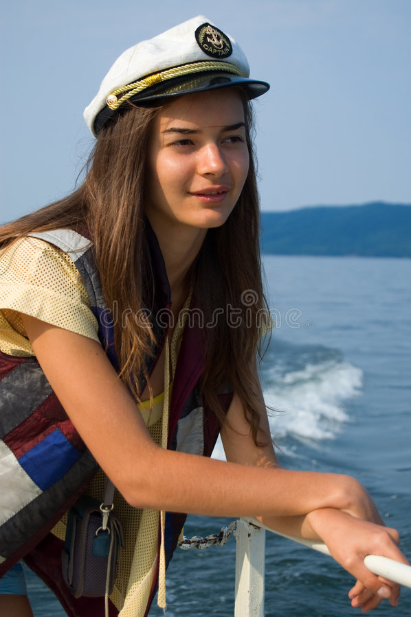 Jeune fille sur un yacht photo stock