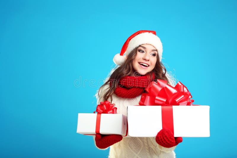 Jeune fille tenant des boîte-cadeau image libre de droits