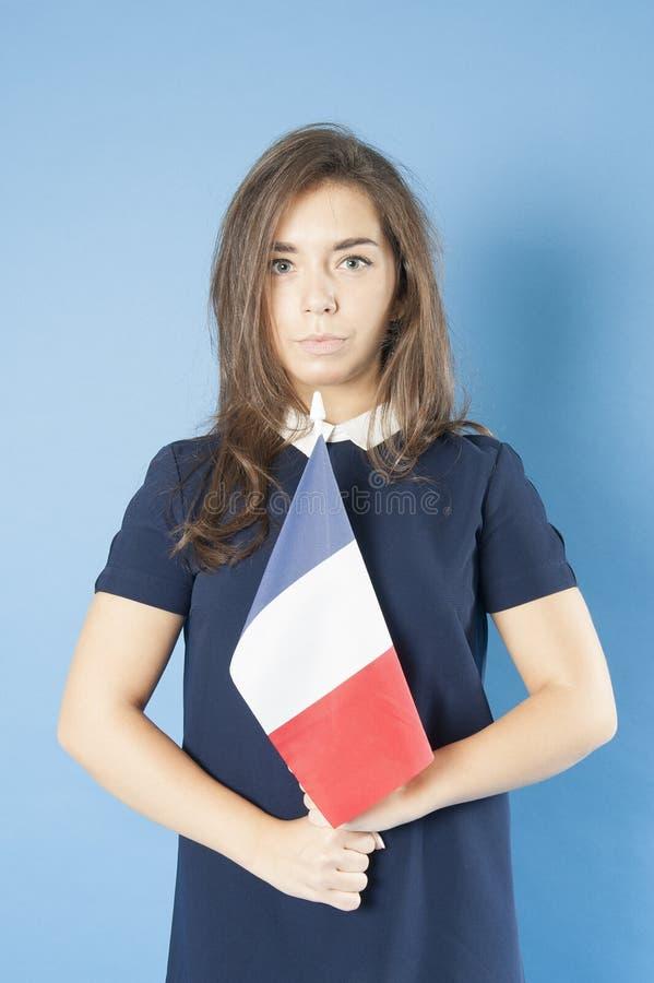 Jeune fille tenant le drapeau français triomphantement photo libre de droits
