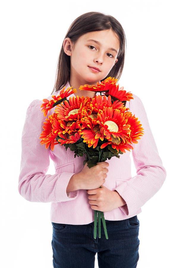 Jeune fille tenant un groupe de fleurs. photographie stock libre de droits