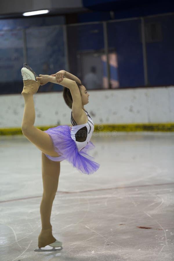 Jeune fille traning un patinage artistique images libres de droits