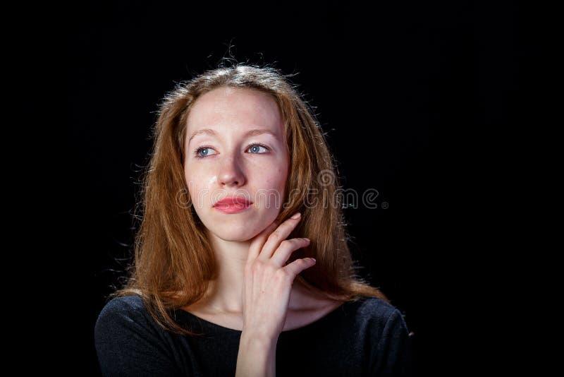Jeune fille triste avec les cheveux blonds pleurant et soulevant sa main droite à son cou photo stock