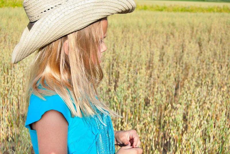 Jeune fille utilisant le chapeau occidental de style image stock