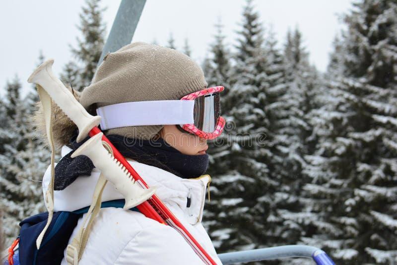 Jeune fille utilisant le téléphérique, station de ski Kopaonik photo libre de droits