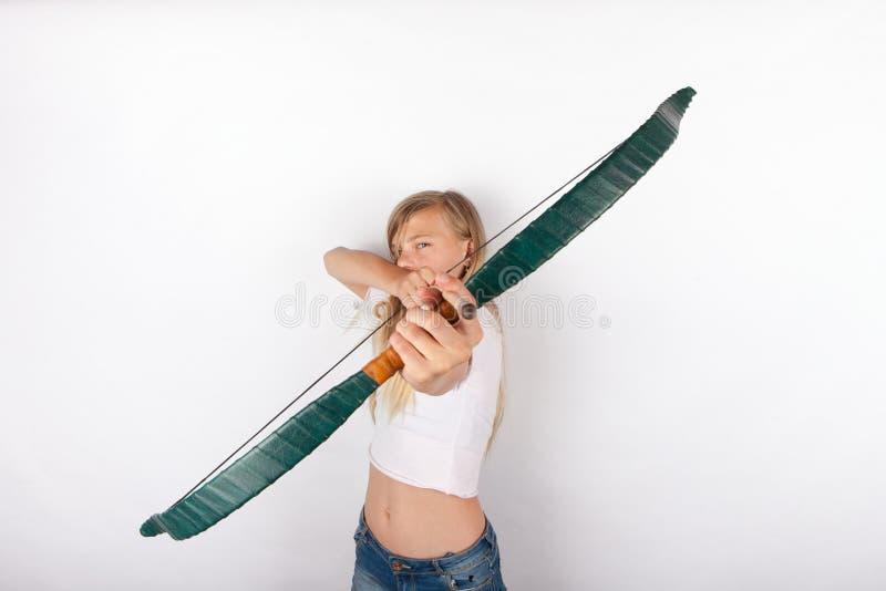 Jeune fille visant avec le tir à l'arc photo stock