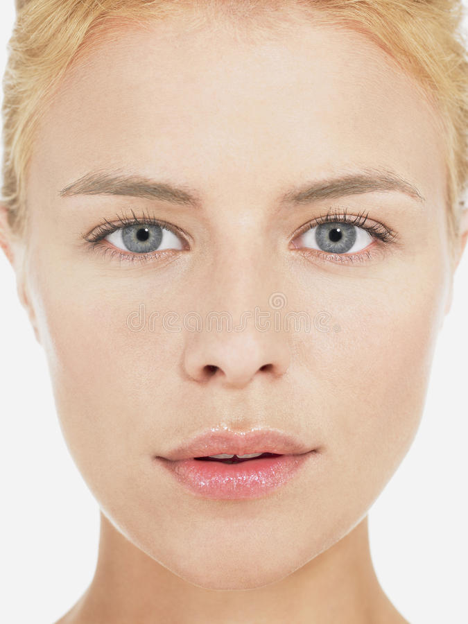 Jeune fin blonde de portrait de femme  image stock