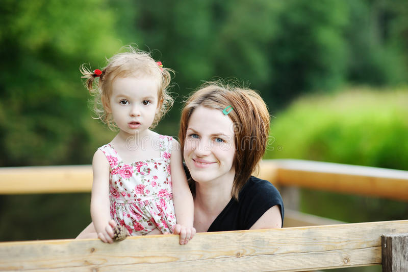 Jeune fixation de mère sa fille adorable photographie stock
