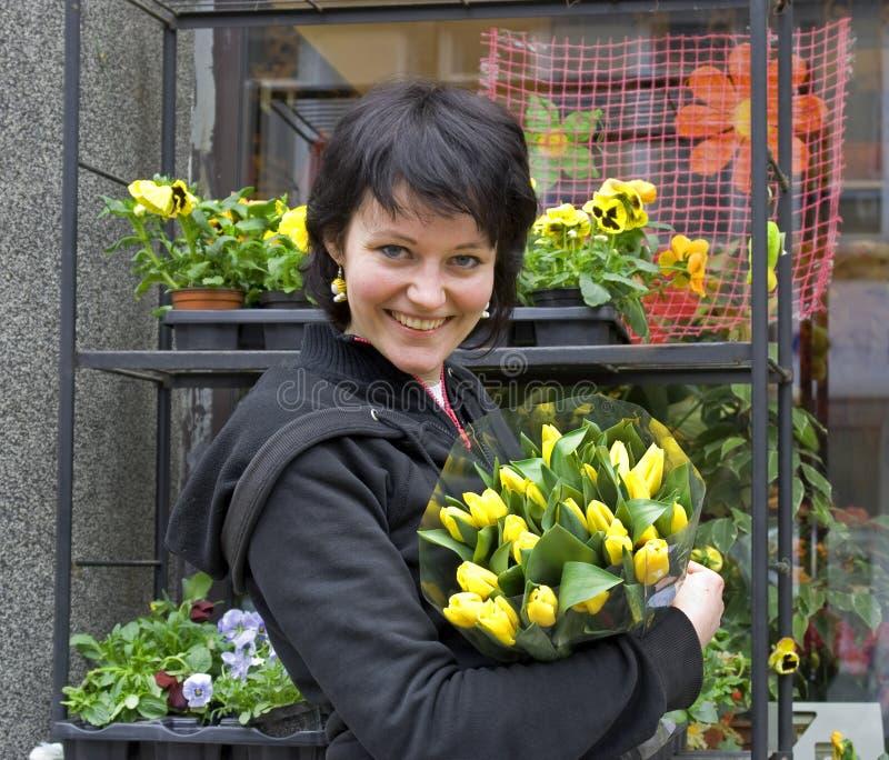 Jeune fleuriste images stock