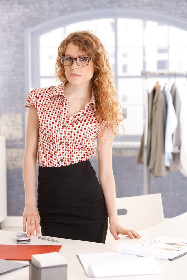 Jeune fonctionnement femelle attrayant de couturier photographie stock libre de droits