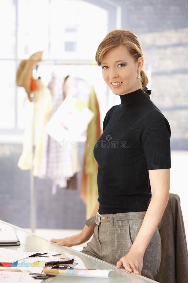 Jeune fonctionnement femelle attrayant de couturier images libres de droits