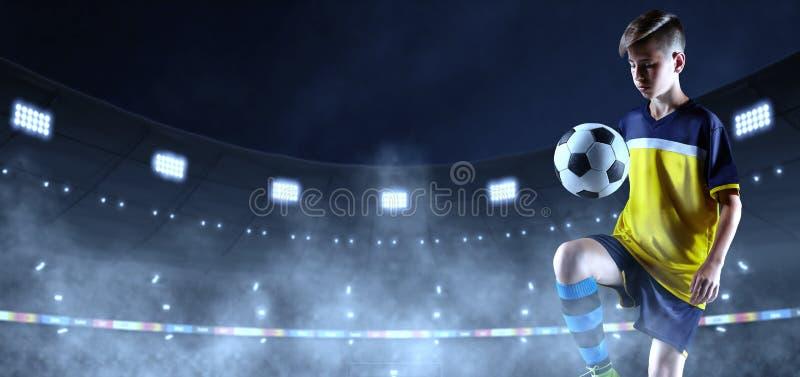 Jeune footballeur en tissu sans marque sur le stade de football 3D images stock