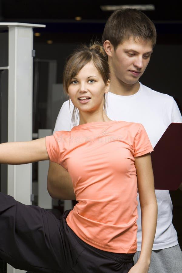 Jeune formation de couples dans le club de forme physique images libres de droits