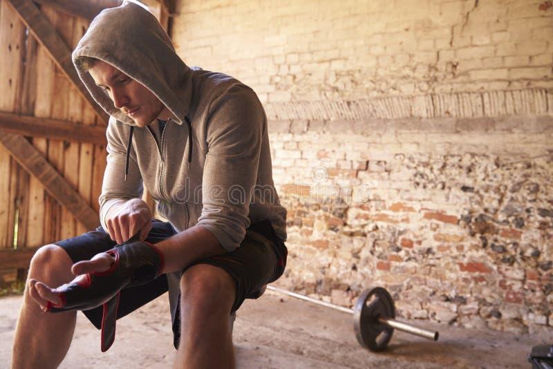 Jeune formation masculine de boxeur dans le gymnase photo libre de droits