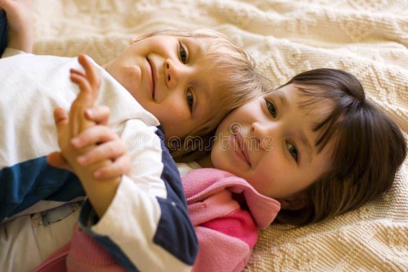Jeune frère et soeur à la maison photographie stock libre de droits