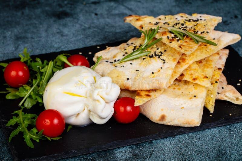 Jeune fromage de burrata image stock