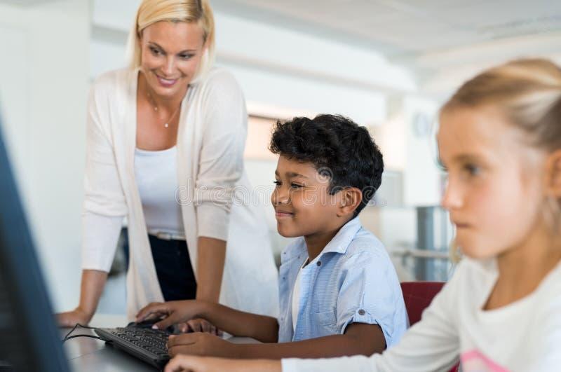 Jeune garçon à l'aide de l'ordinateur photographie stock