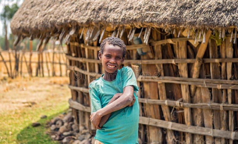 Jeune garçon éthiopien devant sa maison image stock