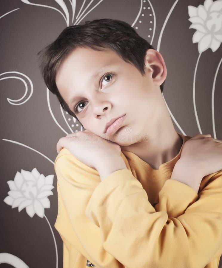 Jeune garçon adorable images stock