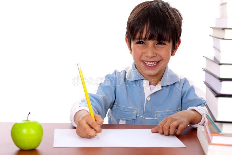 Jeune garçon appréciant l'art images libres de droits