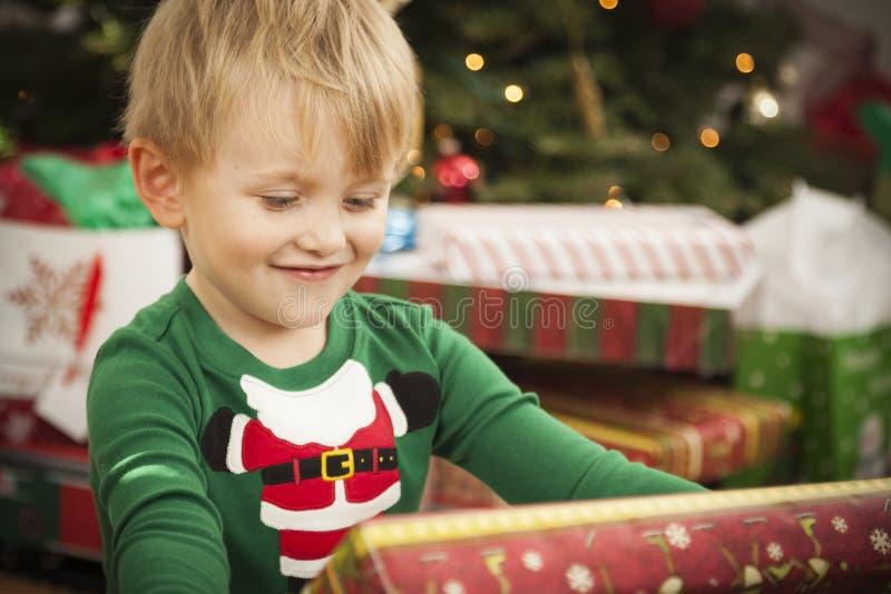 Jeune garçon appréciant le matin de Noël près de l'arbre image stock