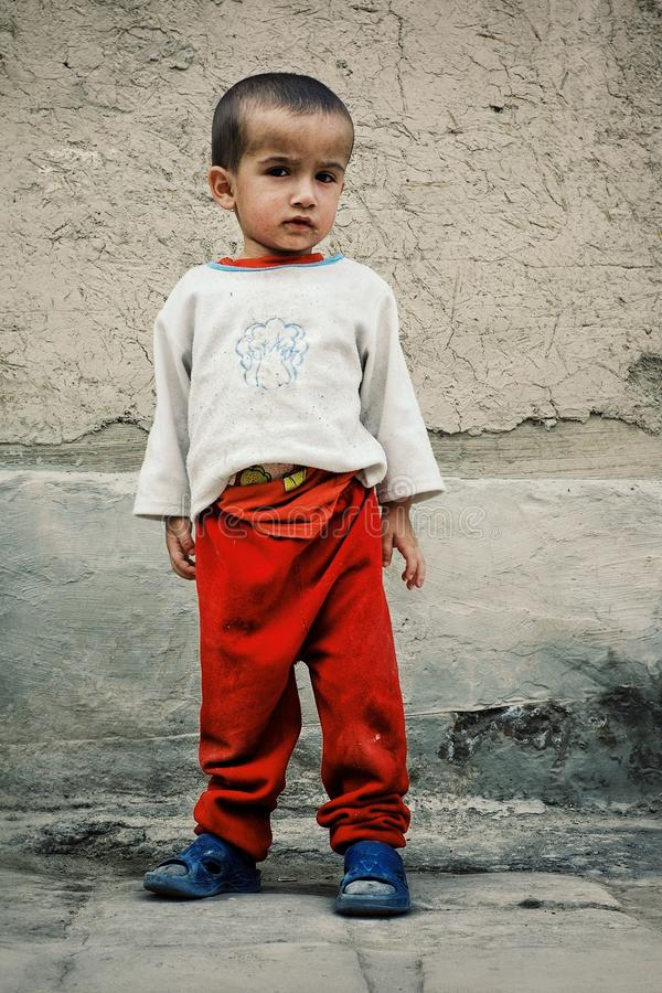 Jeune garçon attendant son père dans la ville murée historique de la route en soie image libre de droits