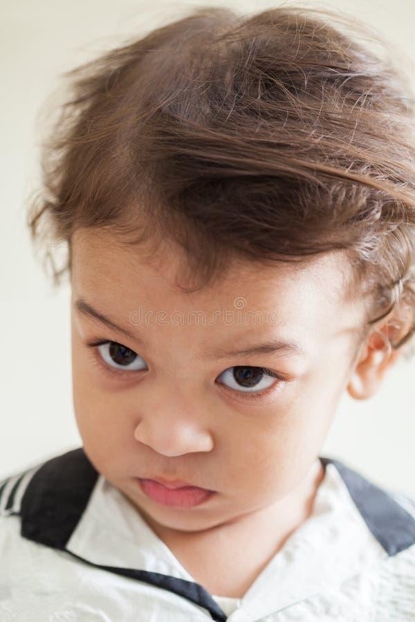 Jeune garçon avec de grands yeux photographie stock libre de droits