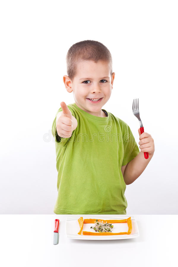 Jeune garçon avec de la salade saine photographie stock