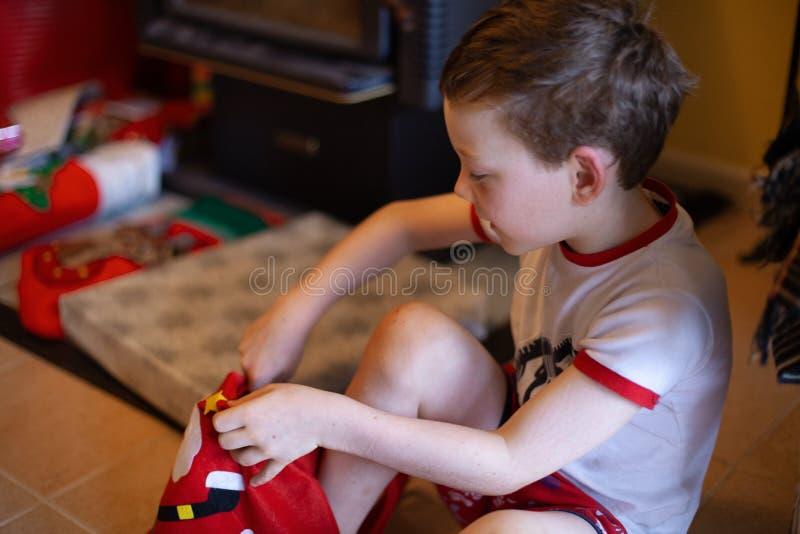 Jeune garçon avec des cadeaux de Noël images libres de droits