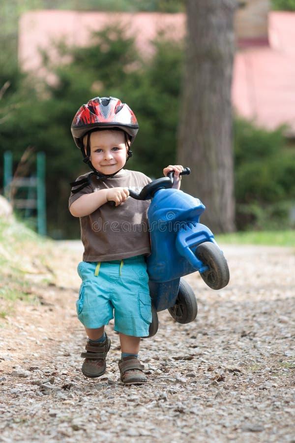 Jeune garçon avec le vélo de casque et d'enfants image stock