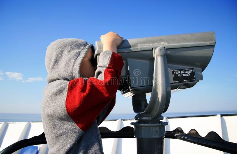 Jeune garçon avec le visualisateur télescopique photos libres de droits