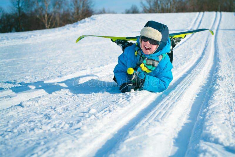 Jeune garçon avec les skis transnationaux image stock