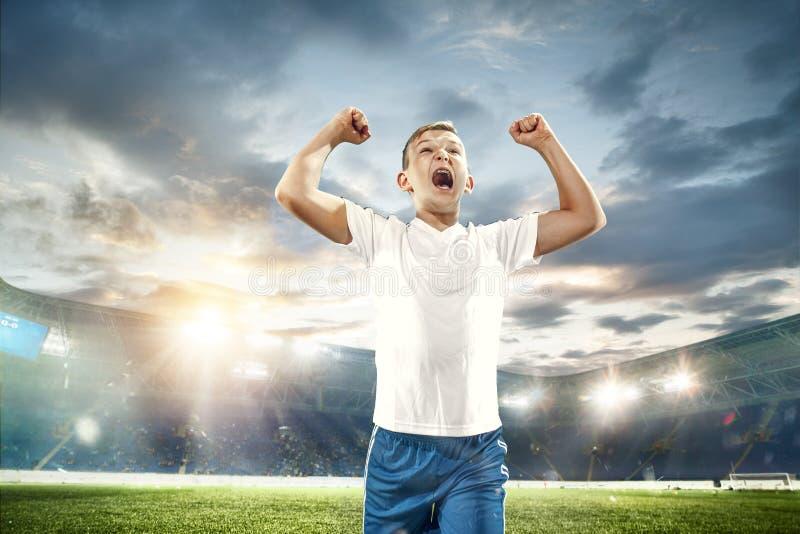 Jeune garçon comme gagnant au stade images stock